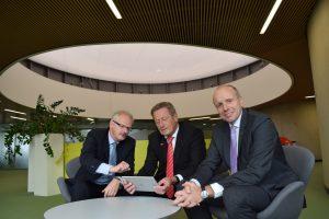 Vorstand der Stadtsparkasse Oberhausen sitzend mit iPad
